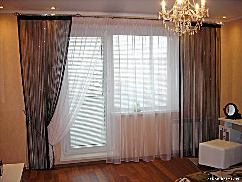 Штори на вікно з балконними дверима.