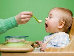 ребенок ест сидя